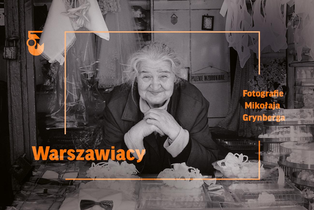 Czarno białe zdjęcie starszej kobiety sprzedawczyni w sklepiku. Wokół pomarańczowy napis Warszawiacy Fotografie Mikołaja Grynberga